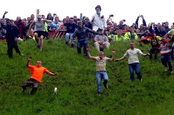 πιο παράξενα φεστιβάλ στον κόσμο Gloucester cheese roll allabout.gr