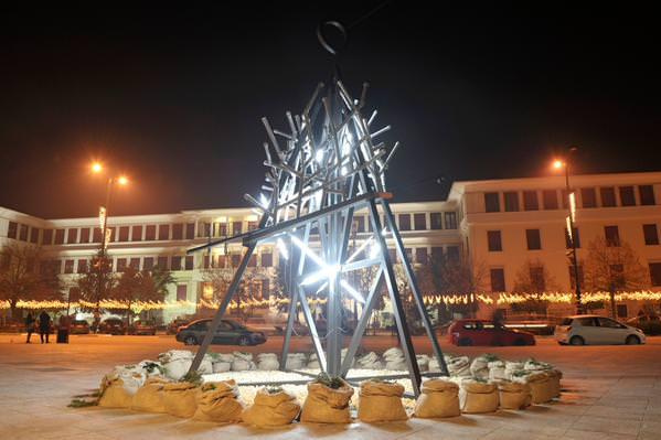 Το Χριστουγεννιάτικο δέντρο στα Γιάννενα allabout.gr