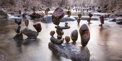 Ο ξεχωριστός καλλιτέχνης, ισορροπεί πέτρες στη φύση! allabout.gr