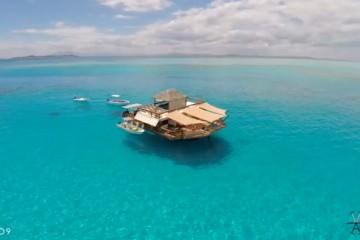 Το μπαρ που «Επιπλέει» μέσα στα καταγάλανα νερά των νησιών Φίτζι