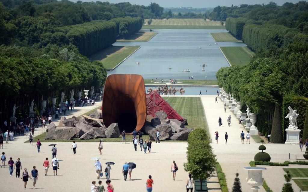 Ένα γλυπτό που μοιάζει με γιγάντιο αιδοίο διχάζει τον κόσμο που επισκέπτεται το παλάτι των Βερσαλλιών