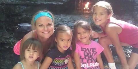 Μητέρα δυο παιδιών υιοθέτησε τις τέσσερις κόρες της καλύτερής της φίλης όταν αυτή έχασε τη μάχη με τον καρκίνο