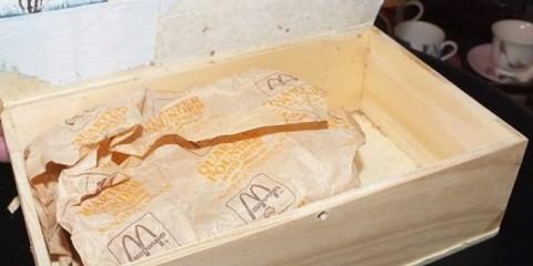 Φύλαξαν ένα χάμπουργκερ από τα McDonald 's και το άνοιξαν μετά από 20 χρόνια. Τρομερό!