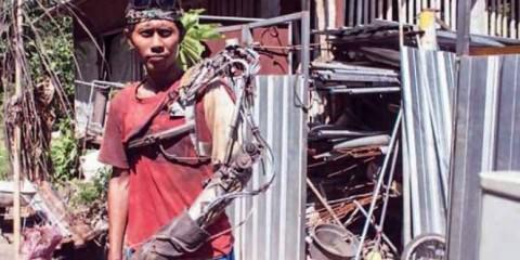 Αυτός ο άνδρας από την Ινδονησία ισχυρίζεται πως έφτιαξε μόνος του βιονικό χέρι!