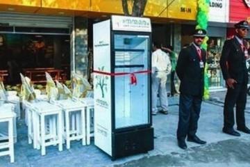 Εστιατόριο έβγαλε ψυγείο στο δρόμο για να παίρνουν δωρεάν φαγητό