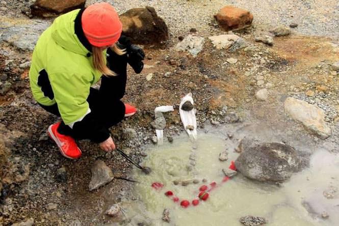 άνθρωποι στην Ισλανδία βάφουν τα πασχαλινά αυγά τους με μια εντελώς ασυνήθιστη μέθοδο
