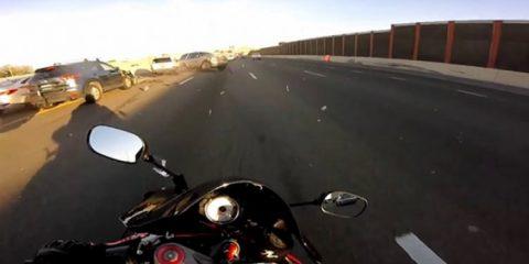 Μοτοσικλετιστής γλιτώνει την τελευταία στιγμή