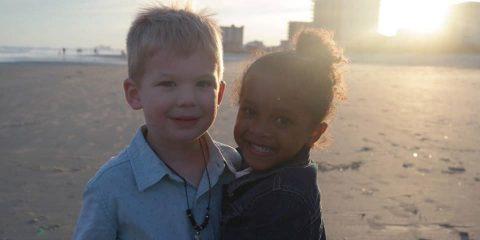 κόρη της συνάντησε ένα αγοράκι στην παραλία