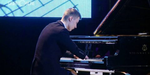 χωρίς δάχτυλα παίζει πιάνο με μαγευτικό τρόπο