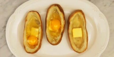 Σπάει 3 αυγά μέσα σε μια πατάτα