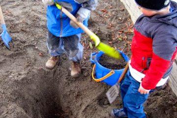 παιδιά έσκαβαν στην αυλή τους
